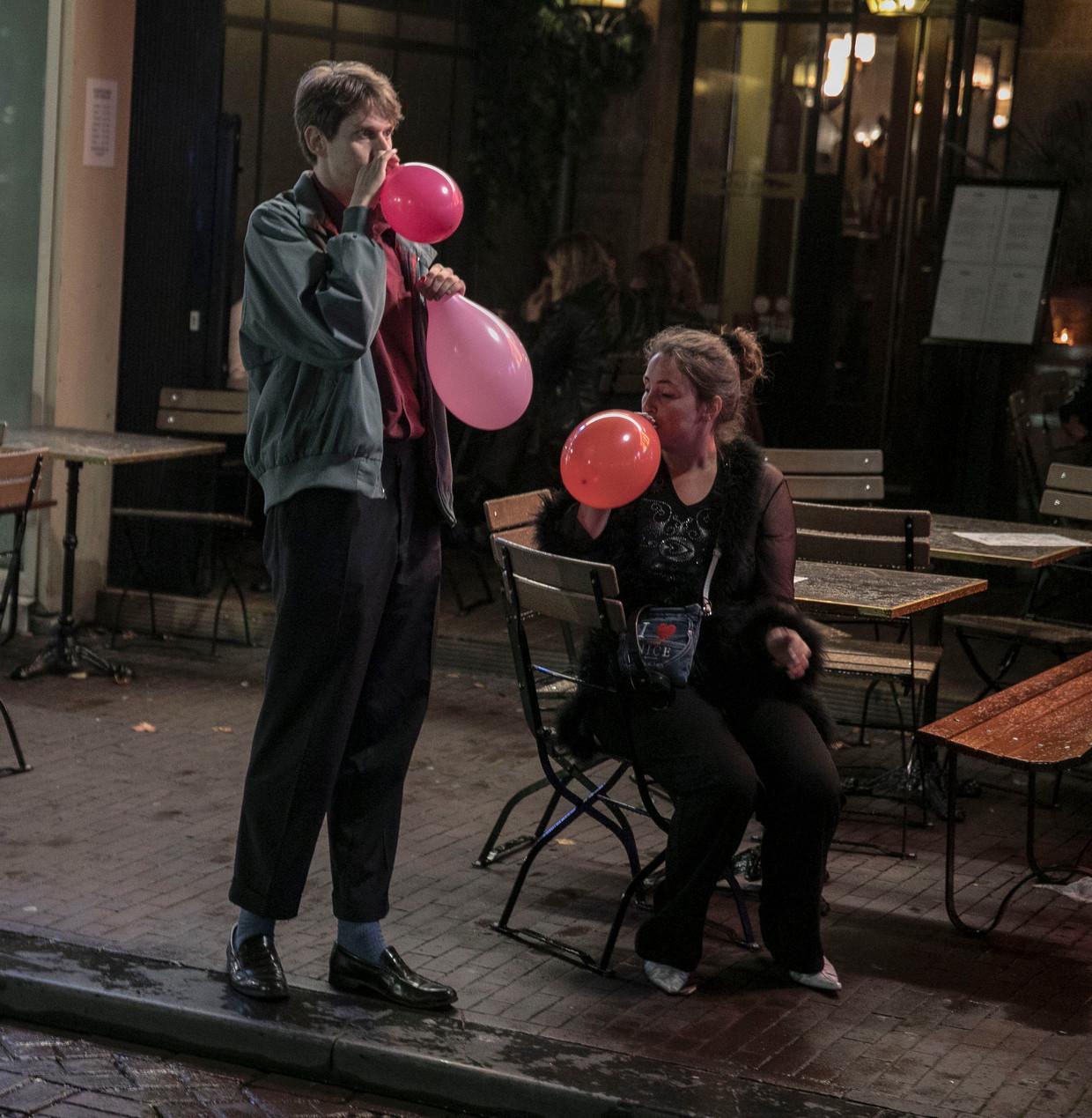 In het centrum van Amsterdam behoort het beeld van aan ballons lurkende lachgasgebruikers sinds dit weekend tot het verleden. Beeld Amaury Miller