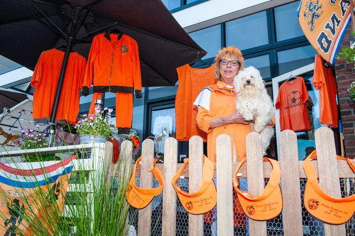 De Reeuwijkse Tiny Lindhout en haar hondje Hachi zijn enorme Oranjefan en klaar voor het EK!