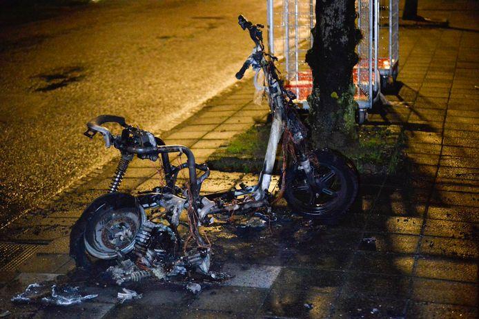 Een totaal vernielde scooter van Go-Sharing in Breda.
