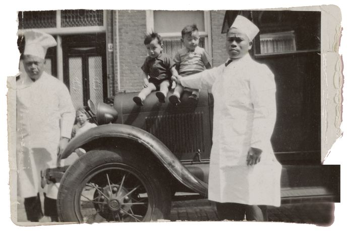 Chu Ching Liu en Son Gi Ling bij hun poffertjeswagen in 1935.