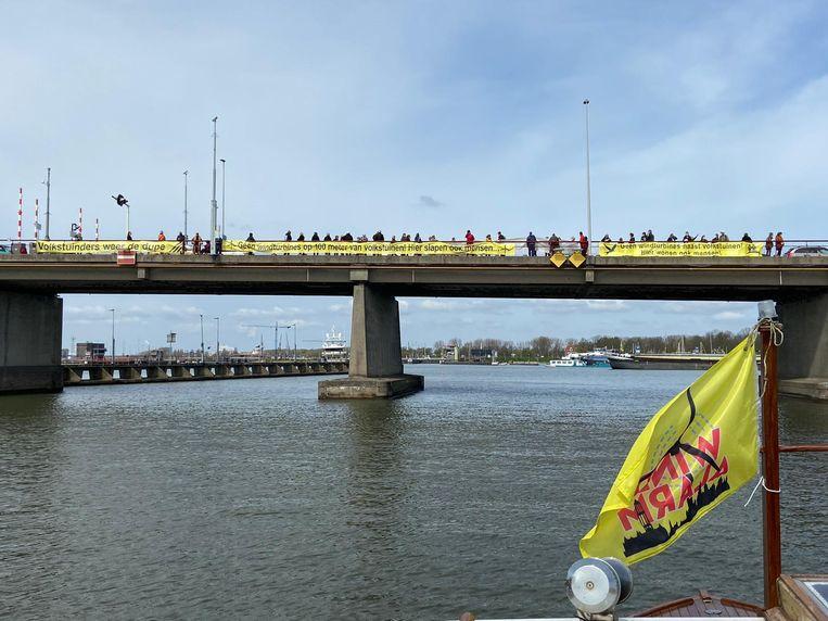 Het protest tegen de windmolens. Beeld Antoine van Bree