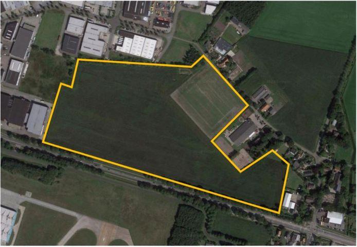 Een luchtfoto laat het gebied zien waar het landschapspark in Rijen moet komen.