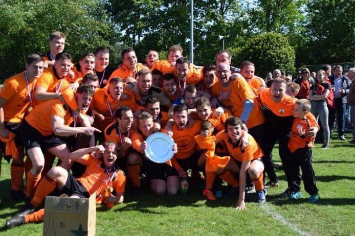 De selectie van Terneuzense Boys kort na de kampioenswedstrijd, toen de schaal nog in hun midden was.
