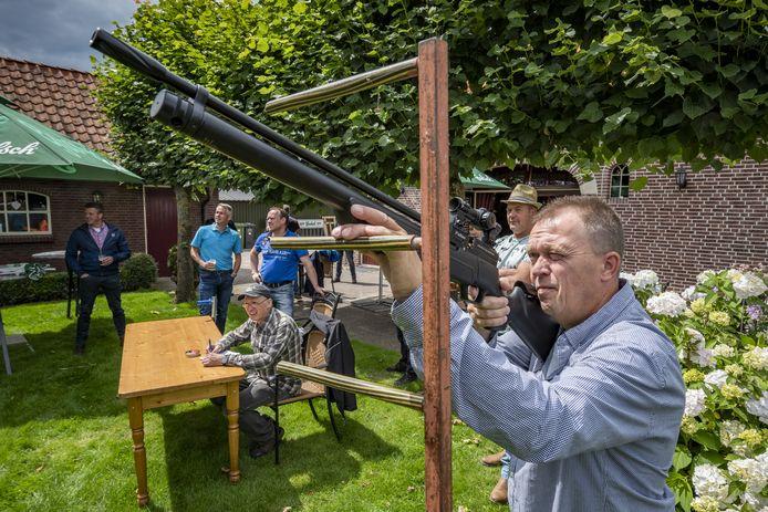 Normaal gesproken zijn dit weekend de zomerfeesten in Rietmolen. Nu is er alleen een klein alternatief, een minikermis in een tuin.