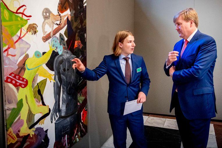 Koning Willem-Alexander met kunstenaar Sam Hersbach. Koning Willem-Alexander tijdens de uitreiking van de Koninklijke Prijs voor Vrije Schilderkunst 2018 uit in het Koninklijk Paleis. Beeld anp