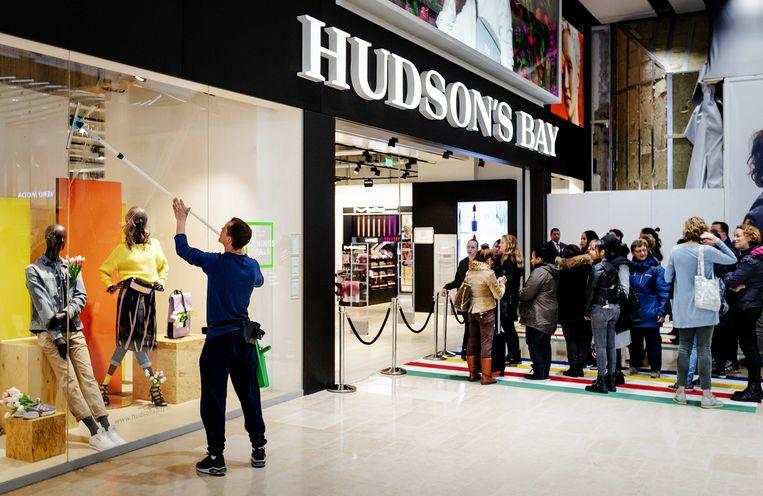 Mensen staan in de rij tijdens de opening van het warenhuis Hudson's Bay in Hoog Catharijne.  Beeld ANP