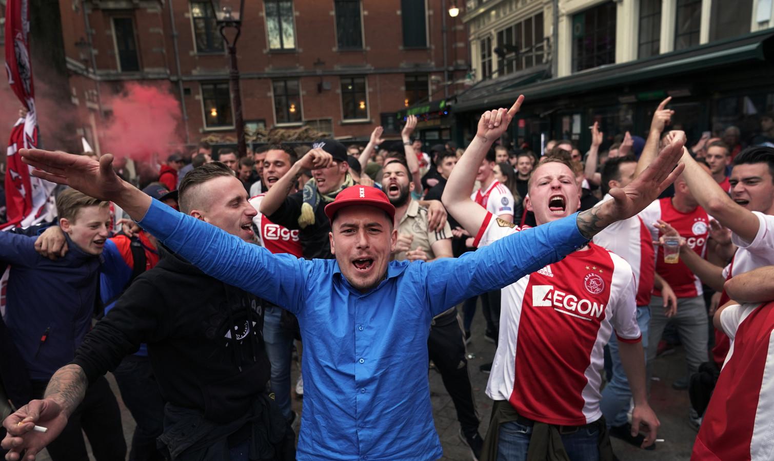 Fans van Ajax vieren feest op het Leidseplein.