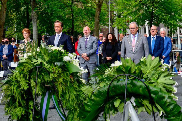 Demissionair minister Hugo de Jonge (achter linkse krans) en burgemeester Aboutaleb bij de herdenking van het bombardement op Plein 1940. ,,Laat onheil ons niet verdelen, maar verenigen'', sprak de bewindsman.