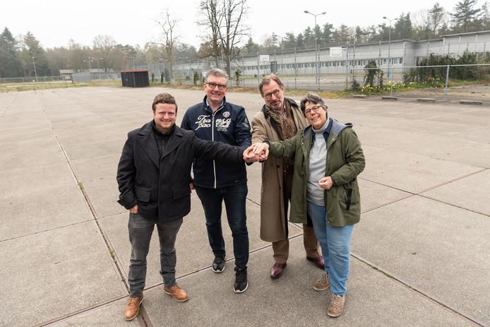 Gerben Stormbroek, Roy Luca, Carlo Fiscalini en Yolande Gastelaars (vanaf links) op het Kamp van Zeist. Op de achtergrond het voormalige azc.