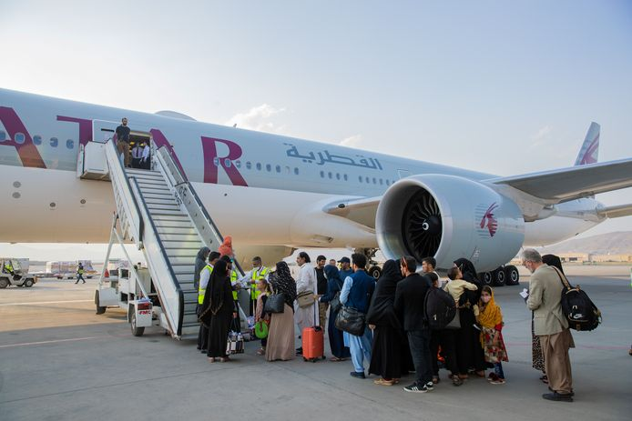 Passagiers op het internationale vliegveld van Kaboel wachten om aan boord te gaan van een toestel