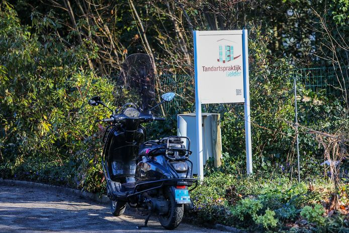 Het ongeval vond plaats voor de deur van Tandartspraktijk de Gelder in Twello.