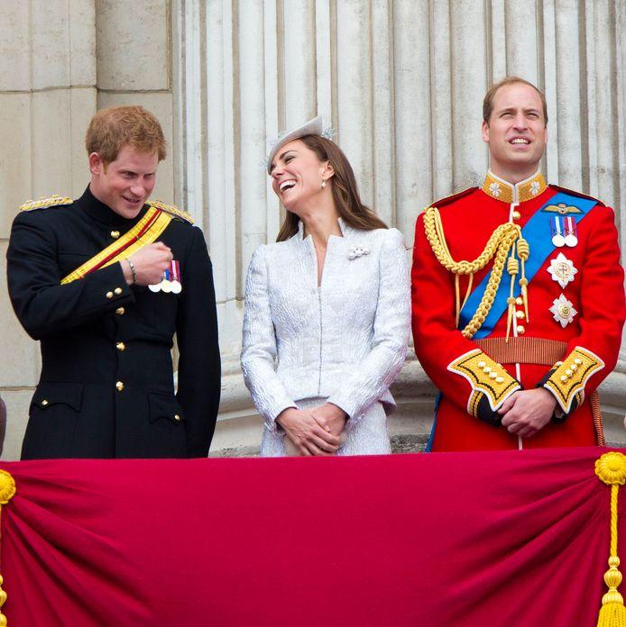 Kate lacht om een grapje van Harry.