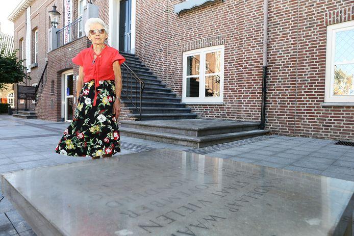 Netty Baaijens-Van den Bosch bij het herdenkingsmonument op het Stadhuisplein in Heusden.