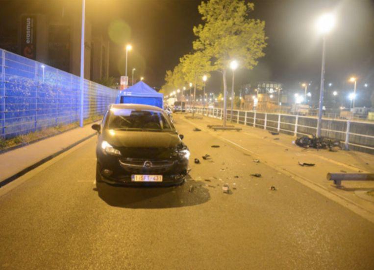 De zwarte Opel Corsa, vlak na de crash. Het linkerwiel vooraan gaat 45 centimeter over het midden van de weg.  Beeld Expertiseverslag