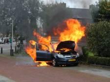 Auto gaat in vlammen op in Rijssen, vlak nadat inzittenden voertuig verlaten