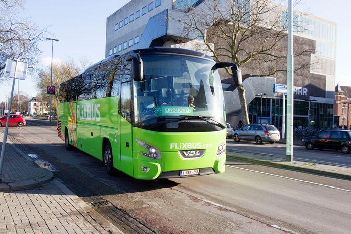 Een Flixbus nadert de halte op de Stationsweg in Eindhoven.