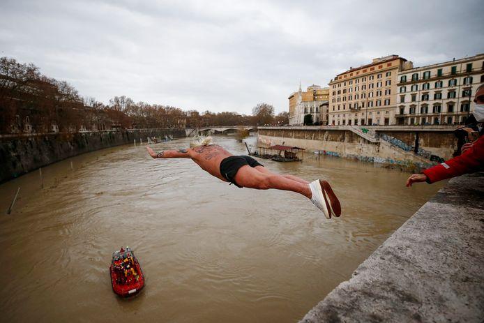 De duik vindt traditioneel plaats vanop de Ponte Cavour, een brug van 18 meter hoog.
