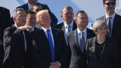VIDEO. Op de eerste rij staan? Niet met Trump in de buurt. Zo zorgt 'The Donald' dat hij vooraan staat