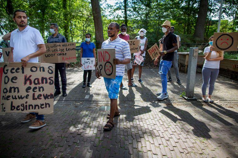 Vorig jaar protesteerden asielzoekers voor de poort van het asielzoekerscentrum in Zweeloo tegen de ongelijke behandeling van asielaanvragen. Beeld Herman Engbers