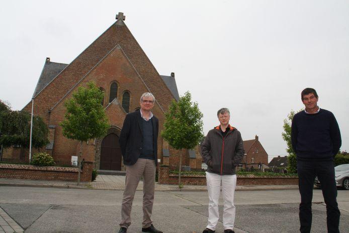 Burgemeester Patrick Lansens (Vooruit), priester Philip Verbrugge en voorzitter kerkfabriek Stefaan Borra.