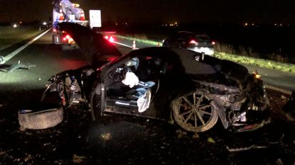 Porsche over de kop op E40 in Nieuwpoort: twee inzittenden gewond naar ziekenhuis