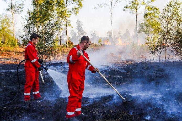 De brand in de Deurnsche Peel is nog altijd niet onder controle.