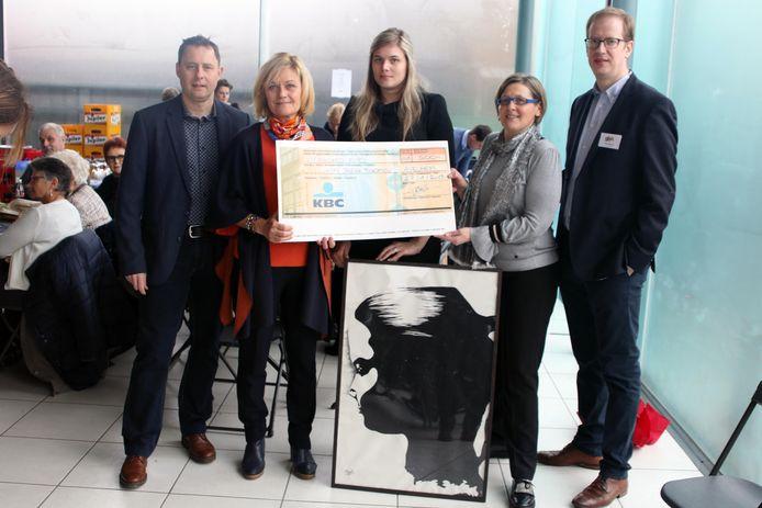 Op de nieuwjaarsreceptie van Gemeentebelangen in Avelgem overhandigde de partij een cheque van 500 euro aan Katelijn Bohez, de mama van Olivia Lannoo.