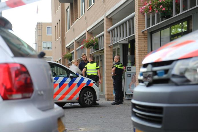 De politie in winkelcentrum Emiclaer