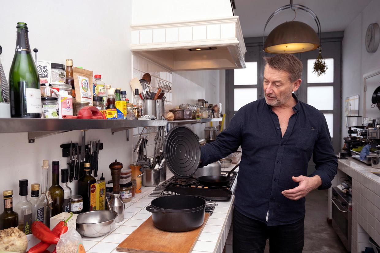 René Ameling in zijn keuken. Beeld Els Zweerink