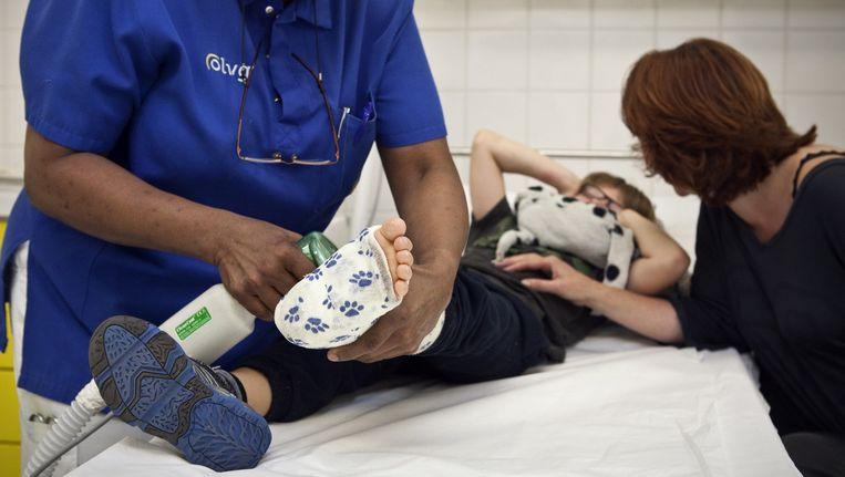 Jonathan zat bij zijn moeder achterop, toen hij zijn voet tussen de spaken kreeg Beeld Dingena Mol