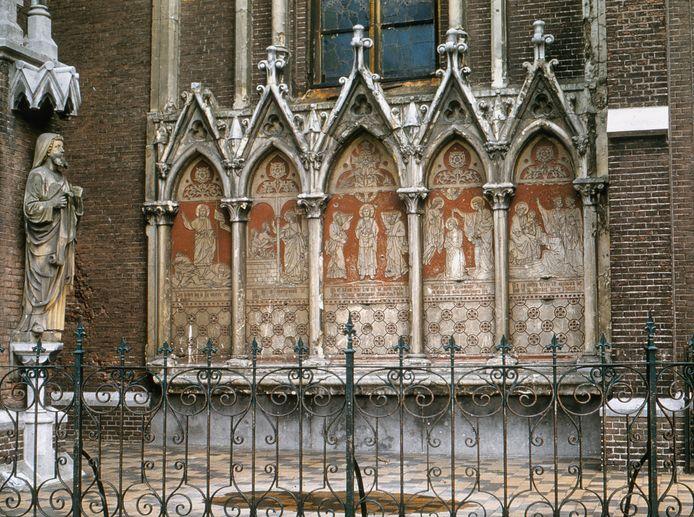 Een gedetailleerde opname van de Bijbelse afbeeldingen met teksten in de bogen. Aan weerszijden van de ingang zaten er vijf.