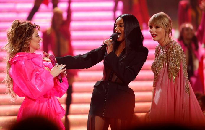 Shania Twain, Ciara en Taylor Swift op het AMA-podium.