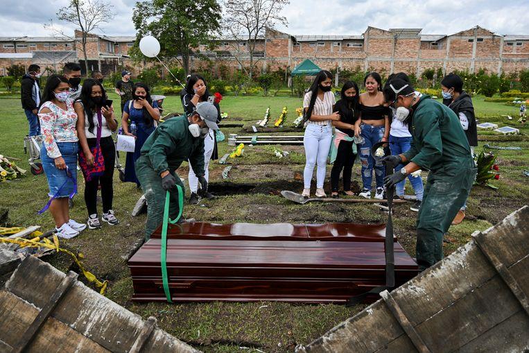Nabestaanden in Popayan rouwen bij de graven van twee mannen die tijdens een massamoord eind augustus om het leven kwam.   Beeld AFP