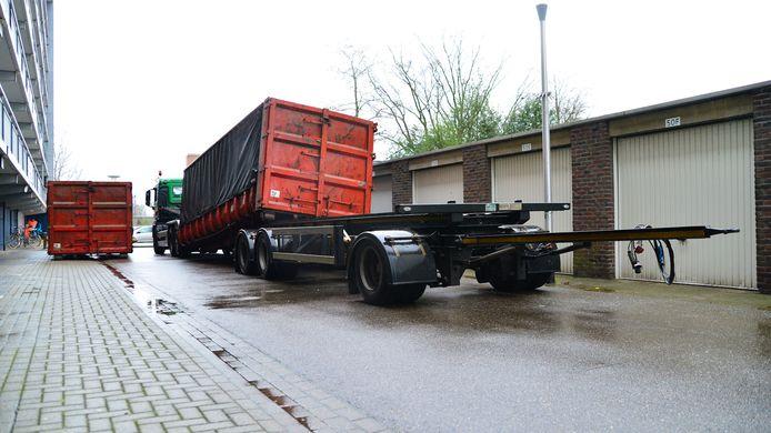 Bij het overzetten van een container op een vrachtwagen in Helmond is iemand gewond geraakt.