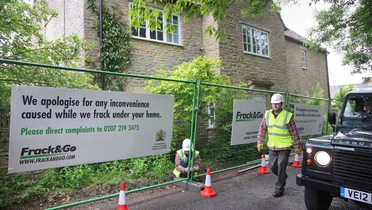 Het hek wat Greenpeace om het huis van David Cameron heen geplaatst heeft. Beeld epa