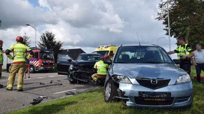 Drie gewonden na ongeluk in Loerbeek; weg bezaaid met brokstukken