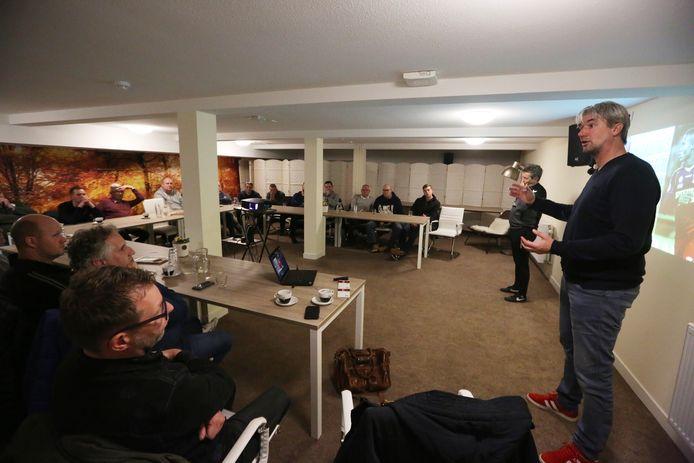 Schalkhaar-trainer Marcel Geestman (r) ontvouwt de plannen die hij en Eric Whittie hebben om de samenwerking tussen amateurclubs en Go Ahead Eagles te bevorderen