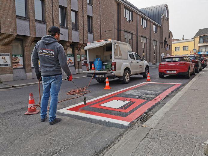De Shop & Go-plaatsen werden na de invoering van het nieuwe parkeerbeleid extra in de verf gezet in Halle.