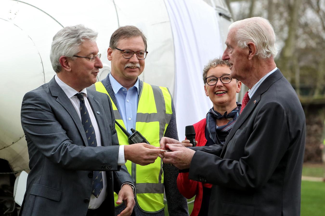 Gerhard Horstink overhandigt de sleutel van de B&B Friendship aan luchtvaartpionier Martin Schröder (86), de oprichter van Martinair.