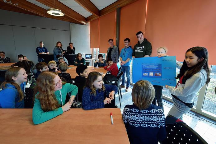 Leerlingen van bs Zilverlinde zijn in MEC aan de slag met waterproblematiek. Ze vertellen over hun oplossingen die op blauwe vellen zijn geschreven. Foto  Pix4Profs/Peter van Trijen