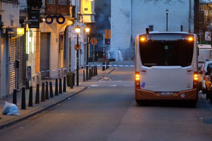 De lading gasflessen werd door DOVO tot ontploffing gebracht. Het bestelbusje, met open deur, wordt in de verte omgeven door rook.