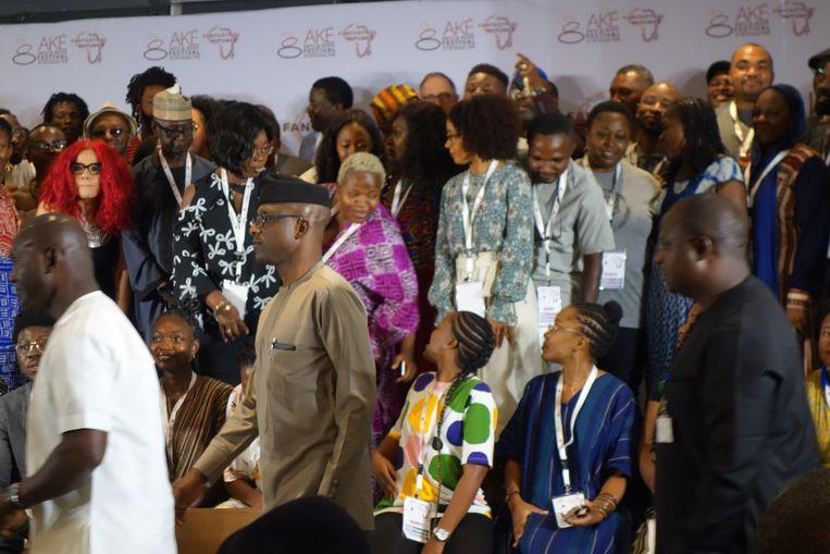 Schrijvers op het Aké Arts and Book Festival in Lagos (Nigeria) zoeken een plekje voor de groepsfoto, 26 oktober 2018. Beeld wb