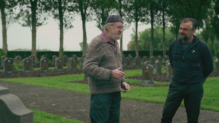 Tom Waes op bezoek bij Willem Vermandere in West- Vlaanderen. 'Tom durfde eerst niet bij hem aan te bellen en begon zich op te jagen. Heel schoon.' Beeld vrt