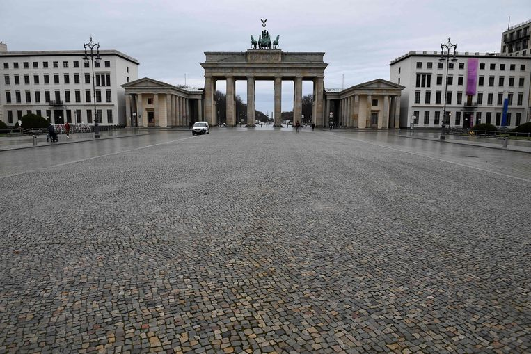 Een verlaten plein bij de Brandenburger Tor in Berlijn.  Beeld AFP