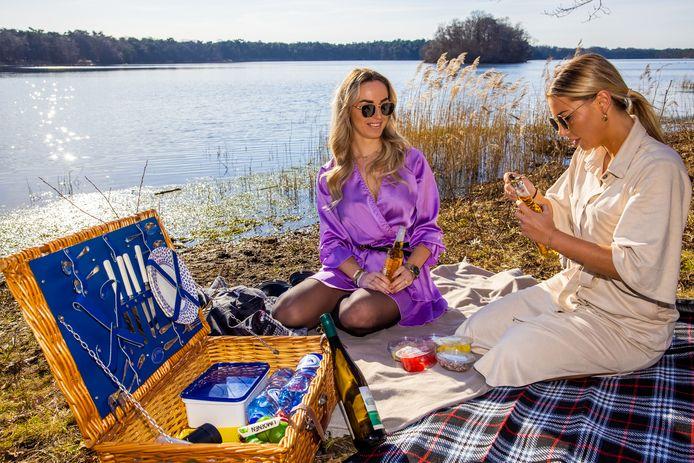 Nikki van Berlo (links) en Rachelle Kuiper komen vanuit Veghel een biertje drinken en picknicken aan de IJzeren Man in Vught.