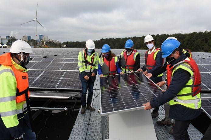 Vlaams minister Zuhal Demir helpt bij het plaatsen van het allerlaatste zonnepaneel.