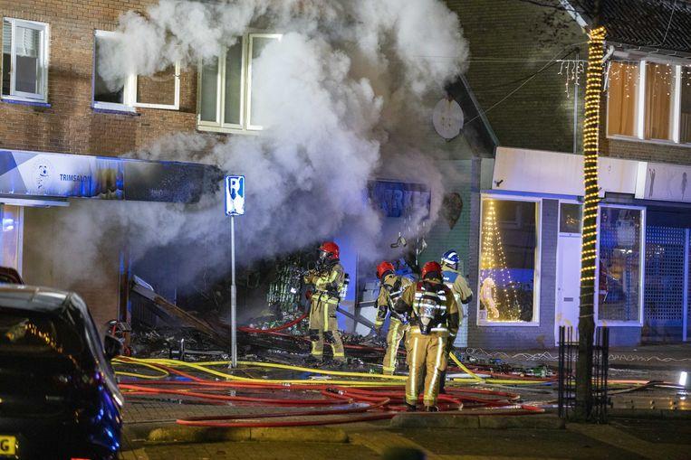 Hulpdiensten zijn uitgerukt voor een explosie en grote brand in de Poolse supermarkt Biedronka Supermarket aan de Ophelialaan. Beeld ANP