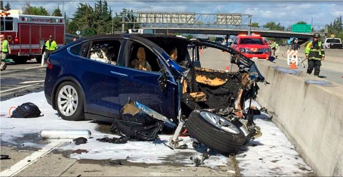 Dit bleef er over van de Tesla Model X waarmee een ingenieur van Apple in maart 2018 dodelijk verongelukte op Highway 101 in Mountain View, Californië