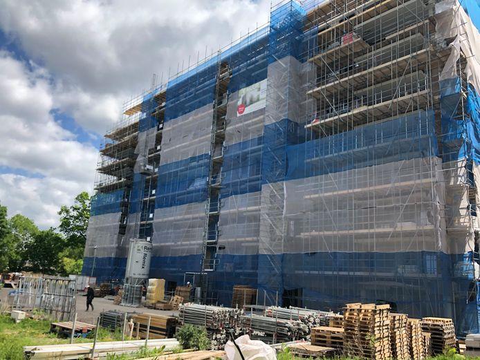Het appartementencomplex in Tuindorp in aanbouw.