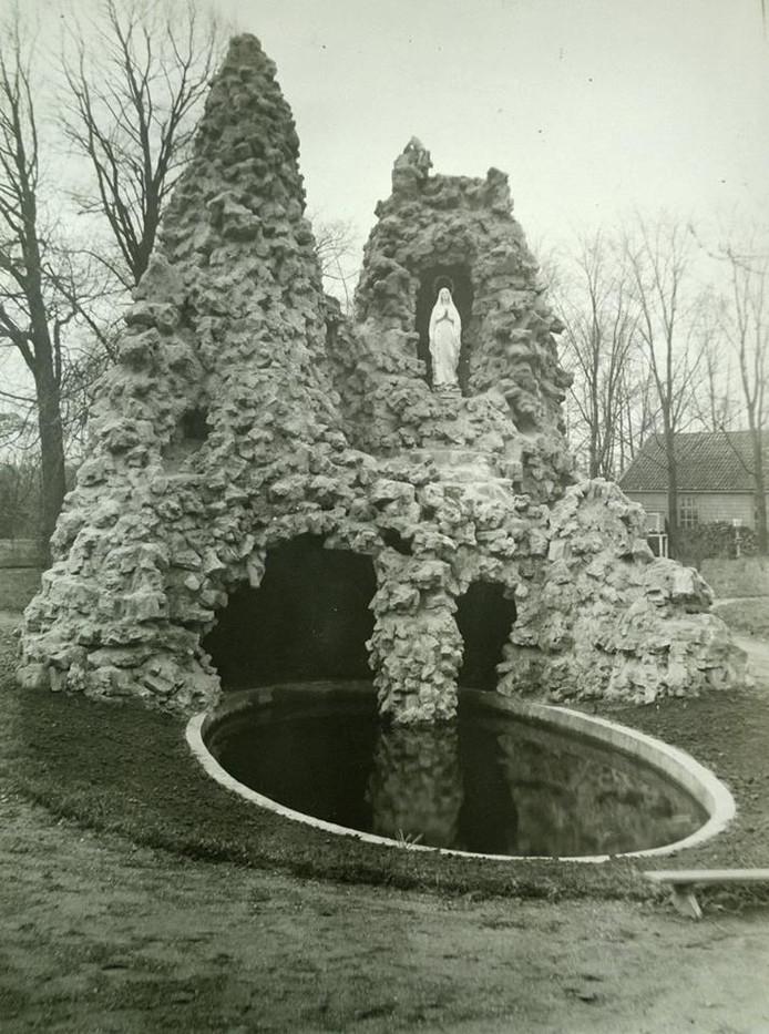 Bij de oprichting van de Mariagrot in 1908 zag de rots er wit uit. Waarschijnlijk is ze opgetrokken uit misbaksels van de steenfabriek te Bosschenhoofd.